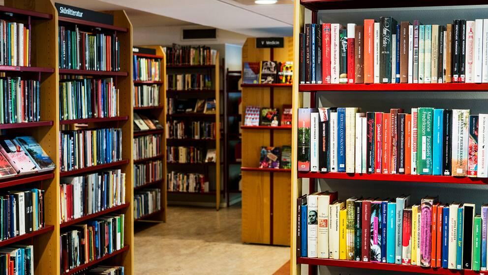 Karlstads stadsbibliotek nekar EU-migranter att låna böcker. Enligt bibliotekschefen görs detta för att de saknar en fast adress – något andra bibliotek har särskilda rutiner för.