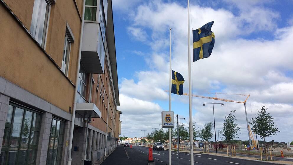Flaggor på halv stång vid polisstationen i Karlskrona där mannen också arbetat.