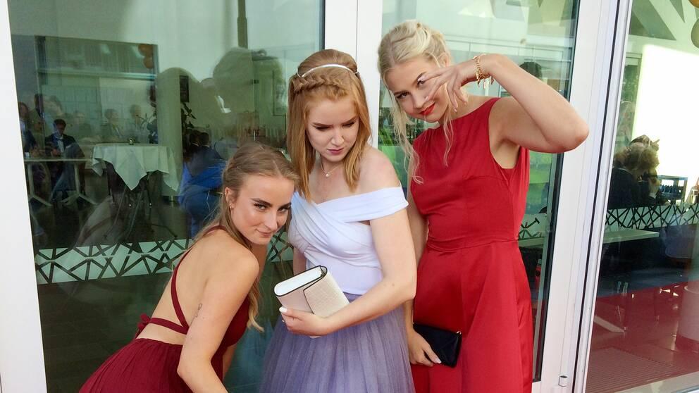 Dansstudenterna Ellen Johansson, Fanny Dahlén och Siri Persson dansade sig fram längs röda mattan.