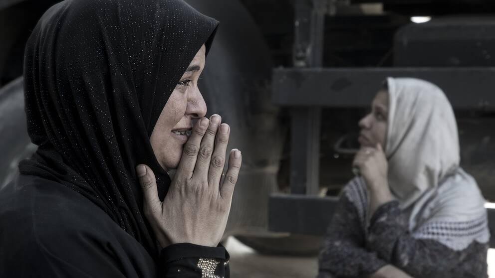 Shamaa gråter förtvivlat, två av hennes barn försvann under den farliga flykten från Mosul. Ingen vet vart barnen befinner sig.