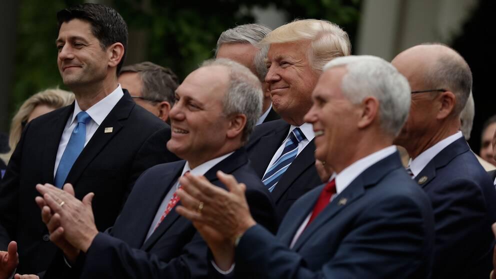 President Trump tillsammans med parlamentsledamoten Steve Scalise (i mitten) och vicepresident Mike Pence (till höger) och representanthusets talman Paul Ryan till vänster. Bilden togs i Vita husets trädgård i maj 2017.