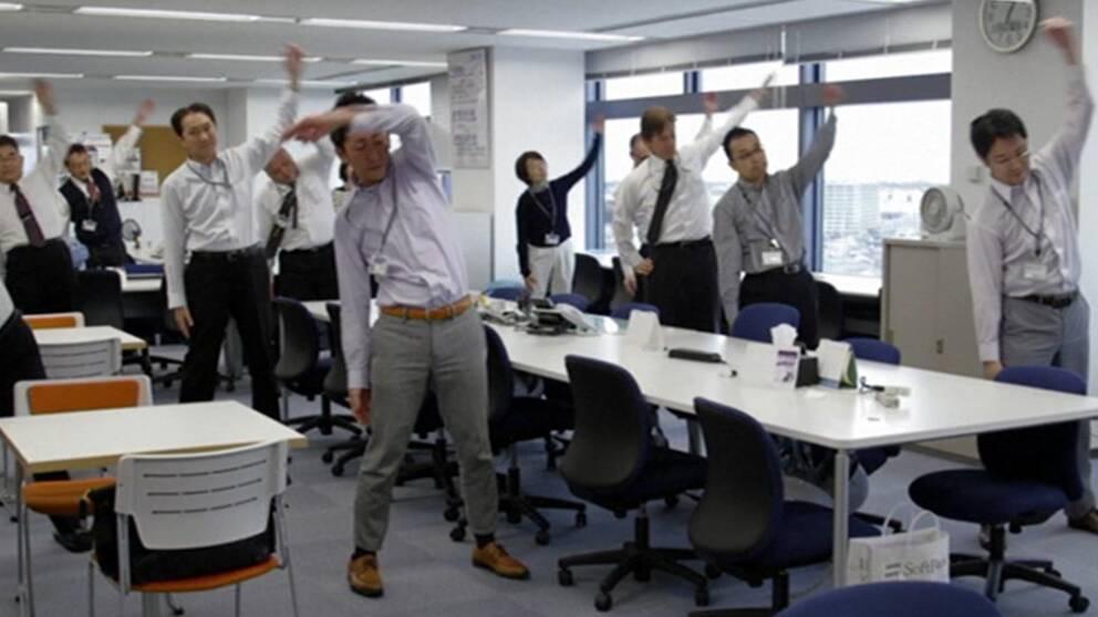 Nu vill japanska företag att anställda ska röra på sig för att kunna jobba längre upp i åren.