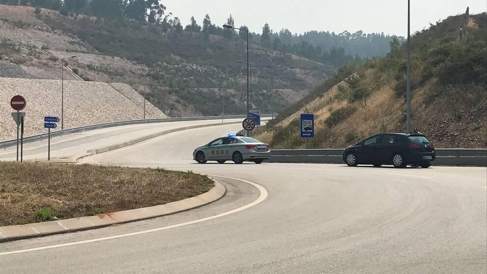 Trafikpolisen stoppar trafikanter på väg söder ut. Motorvägen A13 är avstängd.