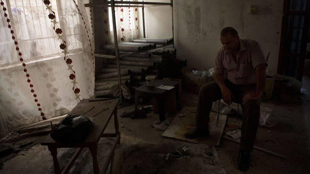 Aisam Hany sitter i vad som en gång var hans fina vardagsrum, nu tittar han ner på en halvfärdig bomb. Islamiska staten använde hans hem som vapenfabrik.