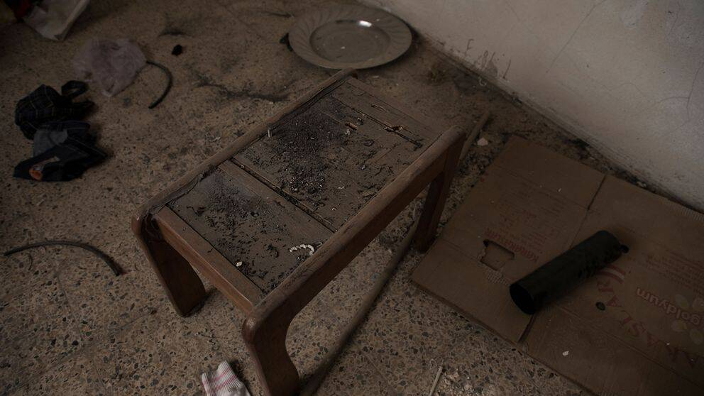 Krutrester ligger överallt i Aisam Hanys hem. Här är ett bord som användes för att göra bomber.