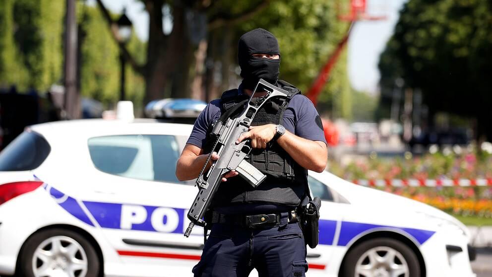 Poliser på plats vid vid Champs-Élysées.