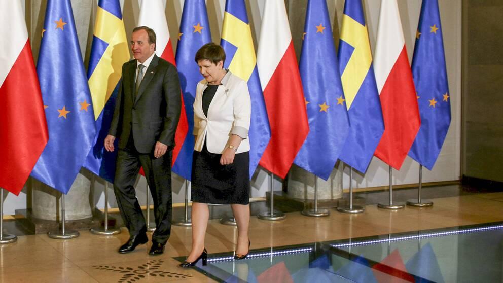 Stefan Löfven tas emot av Polens premiärminister Beata Szydlo under statsbesöket i Polen.