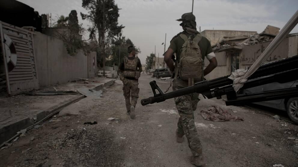 Irakiska soldater är påväg till frontlinjen väster om Mosul.