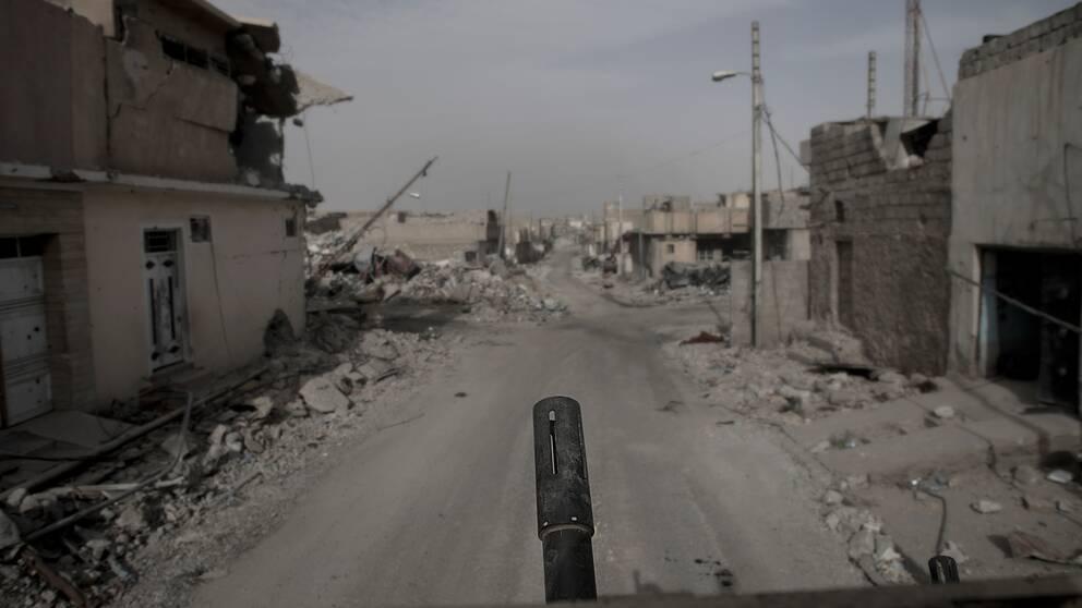Färden genom Mosuls gator, med pansarfordonets gnällande och skrapande ljud mot sten och betong ger skräckinjagande känsla.