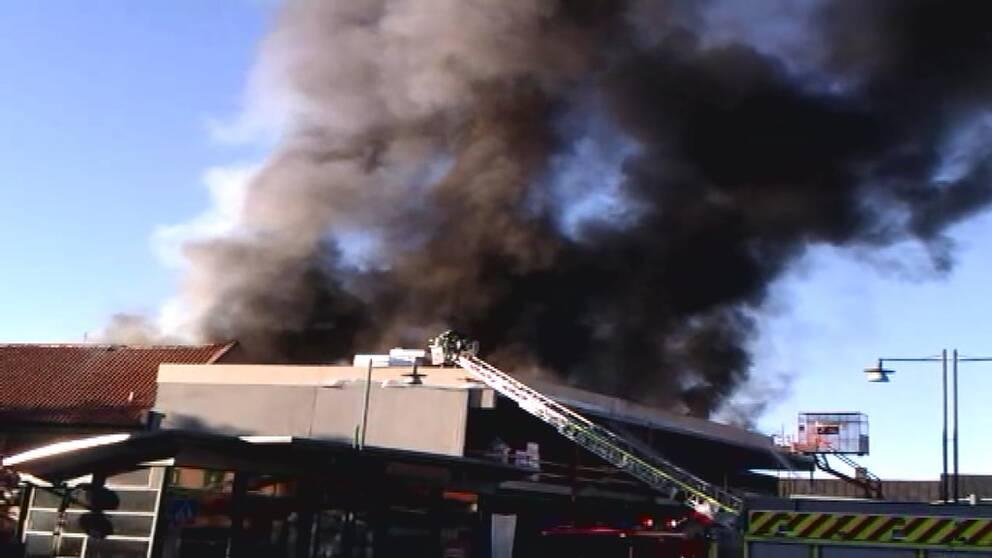 En junimorgon 2011 börjar det brinna i taket till nybyggnaden av Saluhallen i Lund. Brandförloppet är så svårt att arbetarna får fly platsen.