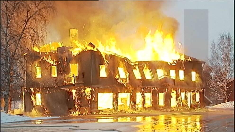 Ett flerfamiljshus brinner i Trollhättan 2012. Det är ett våldsamt brandförlopp, med mycket snabb spridning. Branden beskrivs som svårsläckt.
