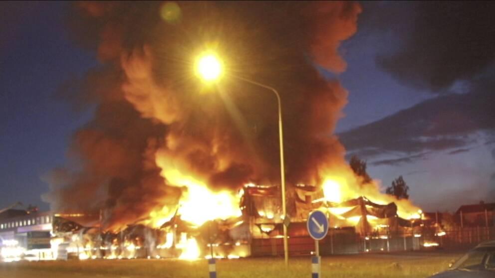 En butik brinner i Gislaved 2013. När plastisoleringen antänts sprids branden snabbt samtidigt som lokalerna fylls med oförbrända brandgaser.