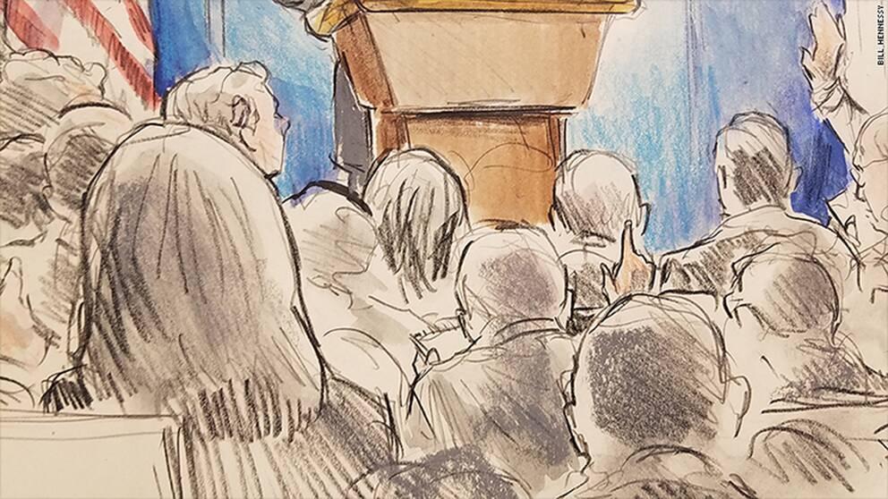 Bill Hennessys avbildade även reportrar på plats vid presskonferensen.