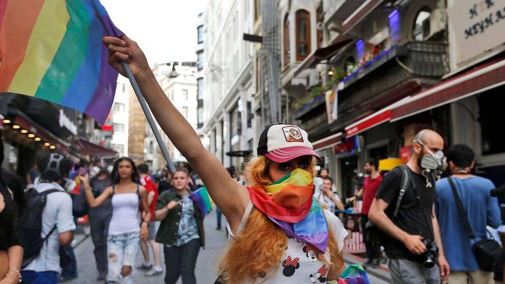 Pridedemonstrant i Istanbul 2016, då polisen stoppade paraden med tårgas och gummikulor.