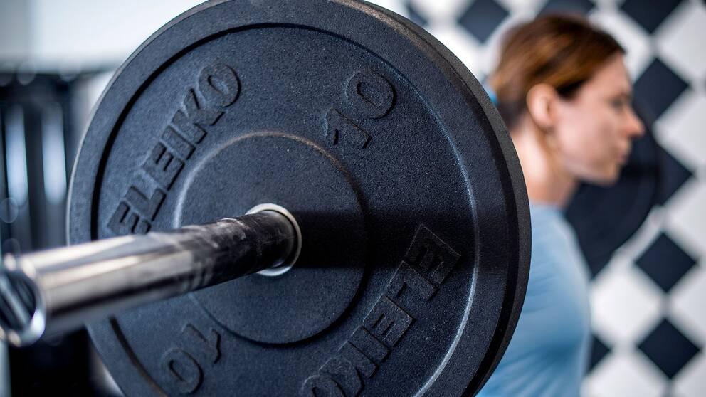Kvinna tränar på gym. Arkivbild.