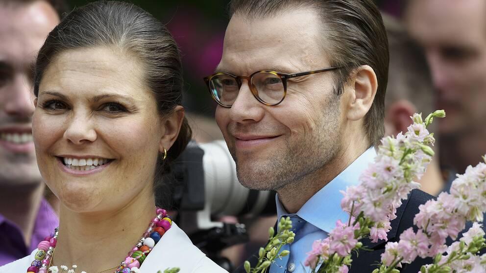 Prins Daniel tillsammans med sin hustru under hennes födelsedagsfirande i fjol.