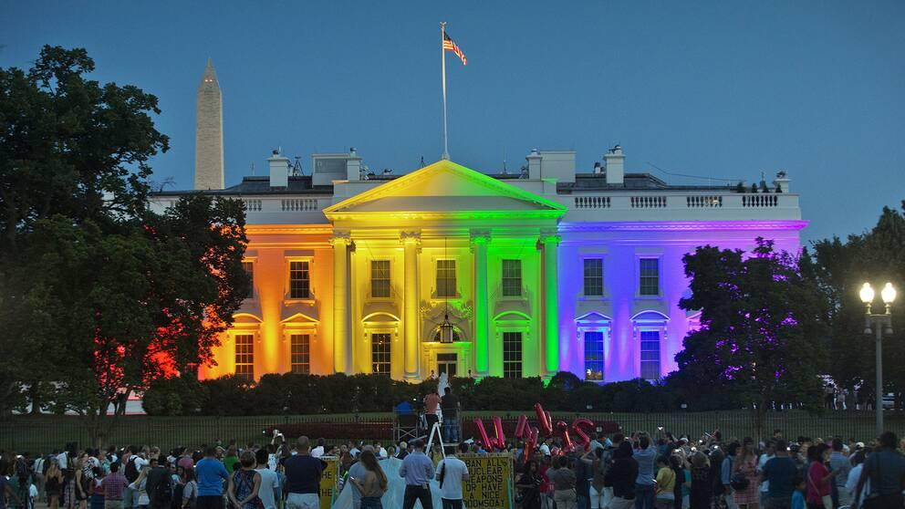 Efter att USA:s högsta domstol legaliserat samkönat äktenskap i samtliga delstater samlades folk utanför Vita huset i Washington som lystes upp i regnbågens färger.