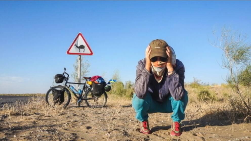 Fredrika Ek vid sin cykel.