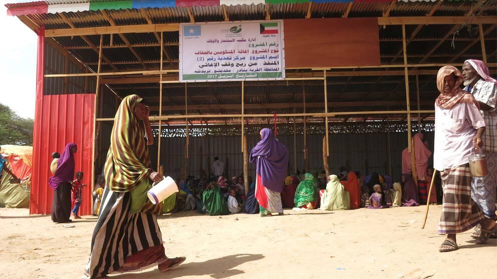 Flyktingarna i Mogadishu samlas i ett magasin av korrugerad plåt som skydd mot den brännande solen.