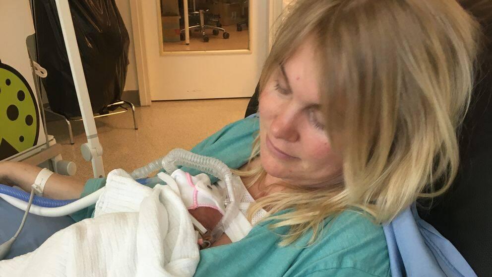Therese Broberg med nyfödd son. Tvingades åka till Finland för att föda.