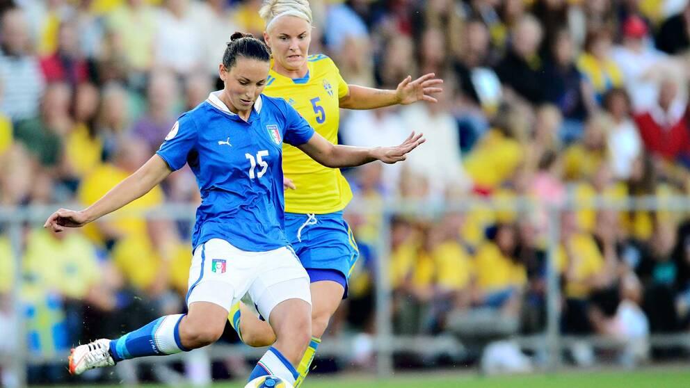 Italienska stjärnan Ilaria Mauro och Nilla Fischer i en EM-match i Halmstad.