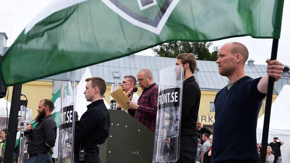 Medlemmar i Nordiska motståndsrörelsen under politikerveckan i Almedalen 2017.