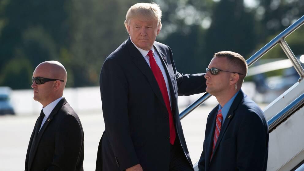 """USA:s president går ombord på sitt flygplan """"Airforce One"""" efter avslutat G20-möte."""