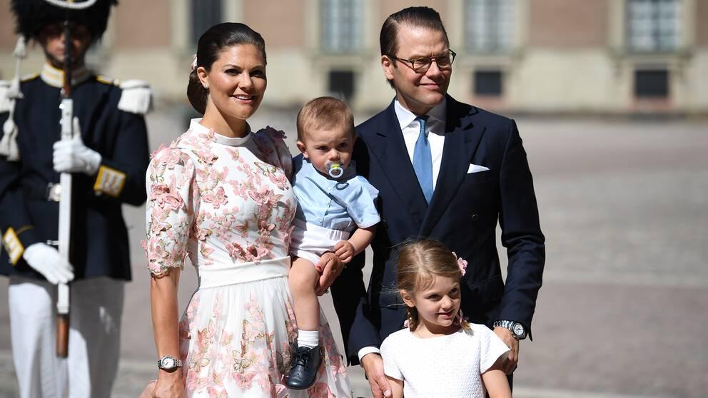 Kronprinsessan Victoria och prins Daniel med barnen Oscar och Estelle lämnar Te Deum i Slottskyrkan vid högtidlighållandet av kronprinsessan Victorias 40-årsdag
