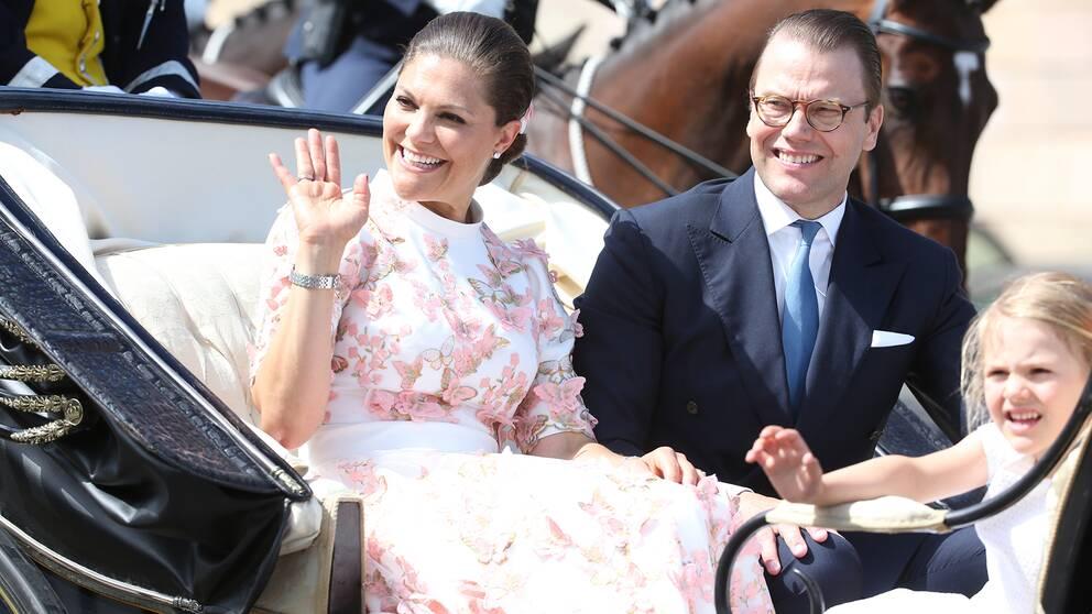 Kronprinsessan Victoria, prins Daniel och prinsessan Estelle åker kortege till Hovstallet under firandet av kronprinsessan Victorias 40-årsdag.