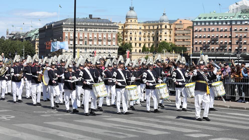Arméns musikkår spelar vid kortegen till Hovstallet under firandet av kronprinsessan.