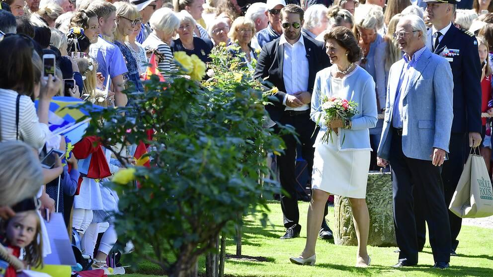 Drottning Silvia och kung Carl Gustaf hälsar på folket på Solliden, Öland.