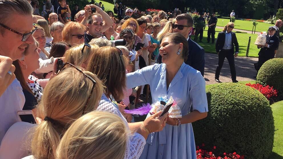 Kronprinsessan tog emot folkets grattishälsningar på Solliden.