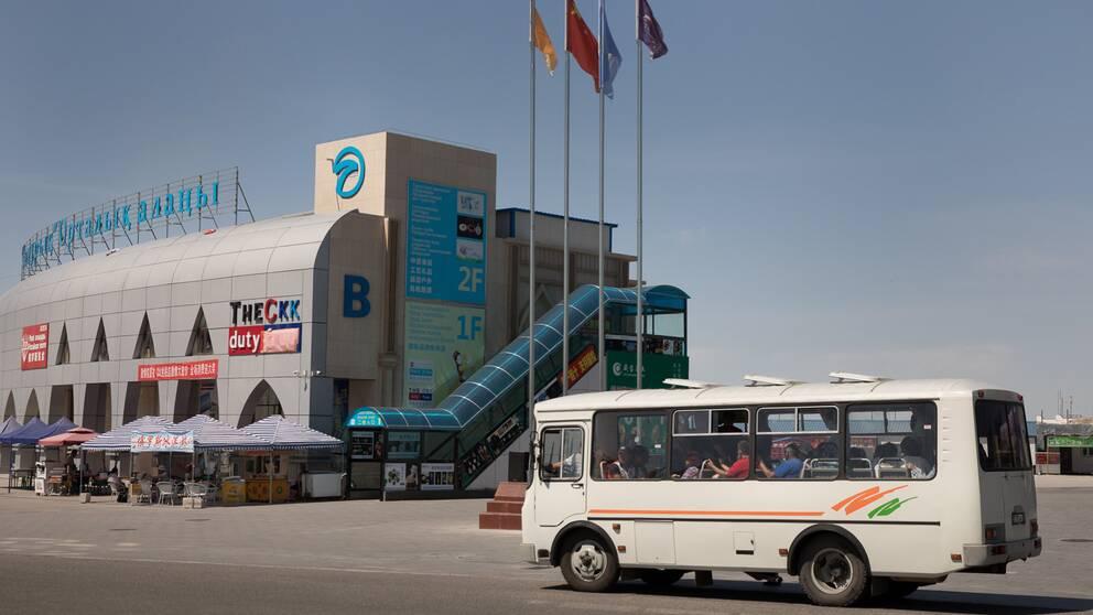 I den fria handelszonen går skyttelbussar mellan alla nya köpcentrum.