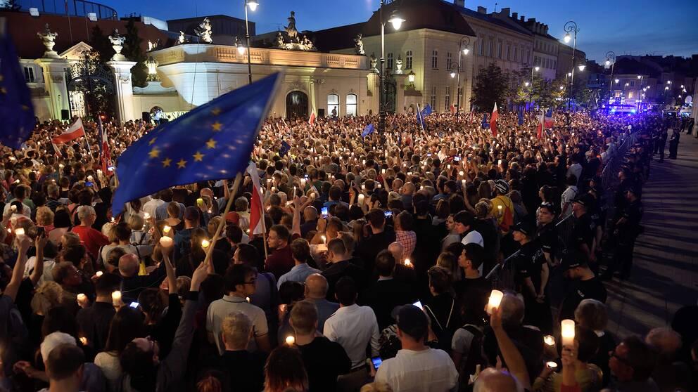 Demonstranter mot den nya rättsreformerna utanför det polska presidentpalatset under tisdagen.