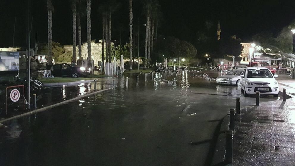 En översvämmad kustväg på ön Kos efter nattens jordskalv.