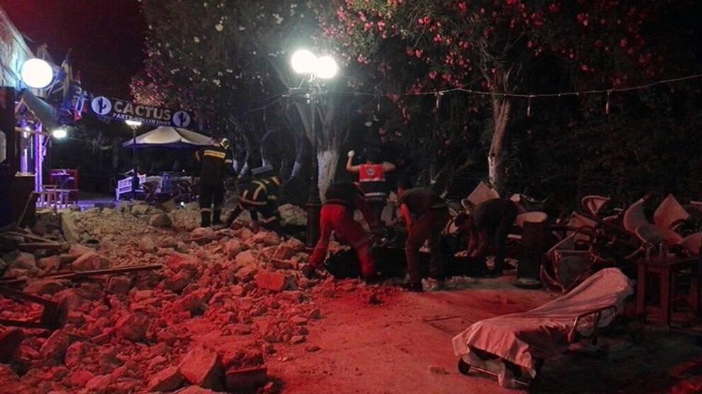 Brandmän och räddningspersonal försöker rensa vägarna från stenras efter jordbävningen på den grekiska ön Kos.