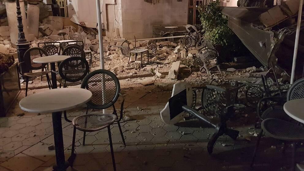Så här såg det ut på Kos efter jordbävningen tidigt på fredagsmorgonen. Krossade utemöbler och stenar på gatorna.