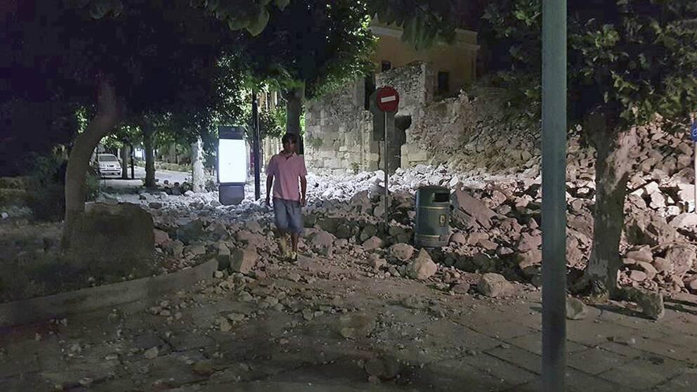 En man i förödelsen på Kos efter jordskalvet natten till fredag.