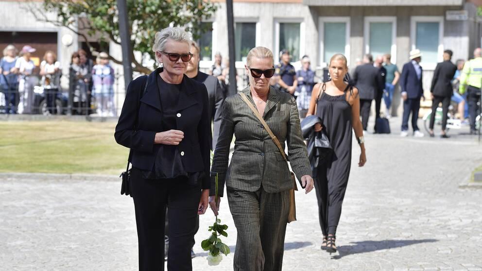 Eva Dahlgren och Efva Attling anländer till skådespelaren Michael Nyqvists begravning i Katarina kyrka på Södermalm i Stockholm.