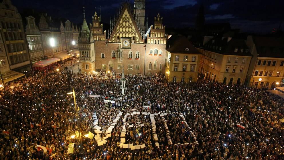 Demonstranter protesterar mot lagen i staden Wrocław under natten mot lördag.