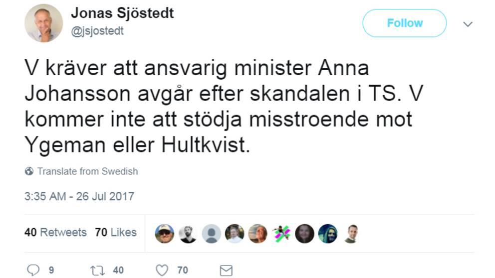 """""""V kräver att ansvarig minister Anna Johansson avgår efter skandalen i Transportstyrelsen. V kommer inte att stödja misstroende mot Ygeman eller Hultkvist"""", skriver Jonas Sjöstedt (V) på Twitter."""