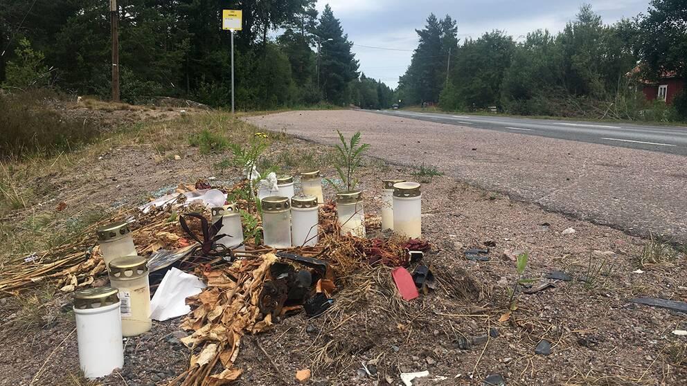 På olycksplatsen utanför Skrika ligger fortfarande ljus och blommor kvar från anhöriga och vänner till de omkomna.