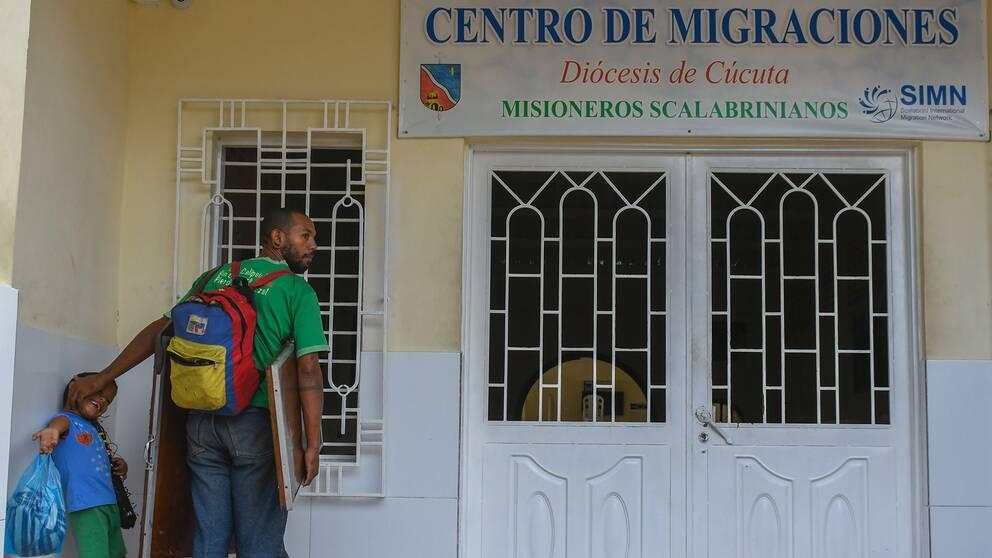 En venezolansk man och hans son väntar på mat utanför kyrkans migrationscenter i Cúcuta, Colombia.