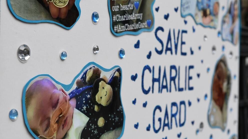 Ett plakat utanför Londons kungliga domstol. Fallet Charlie Gard har engagerat många och lockat stora protestskaror.