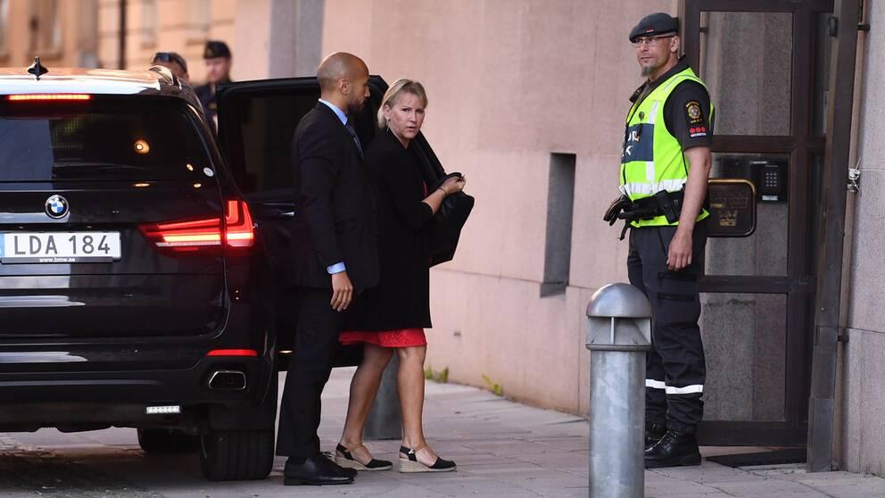 Margot Wallström på väg in i Rosenbad med anledning av regeringens krismöte.