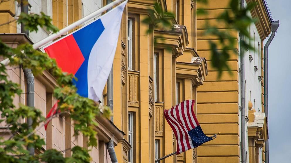Den ryska och den amerikanska flaggan vajar på USA:s ambassad i Moskva.