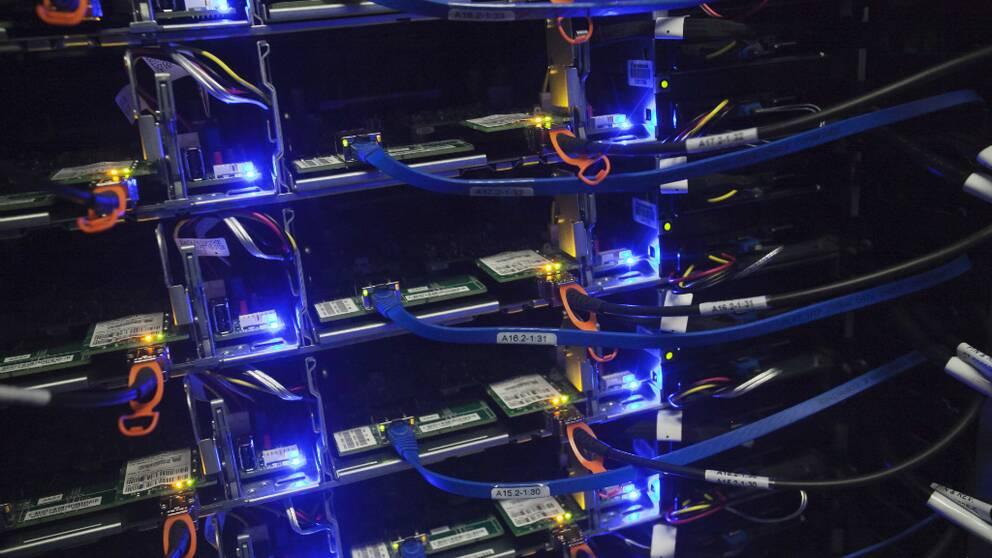 Servrar med blått ljus i en nybyggd serverhall i Luleå.