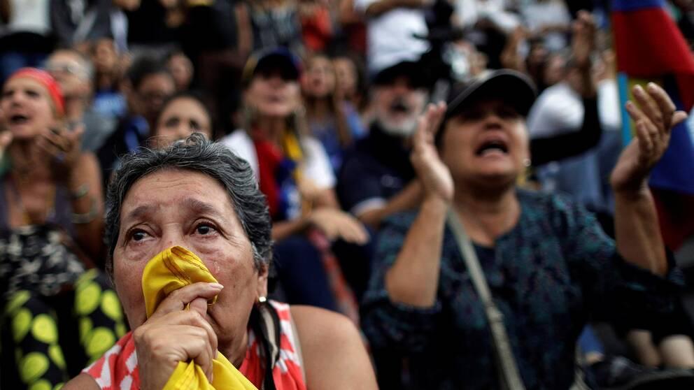 Kvinnor som demonstrerar mot våldsamheterna i Venezuela.