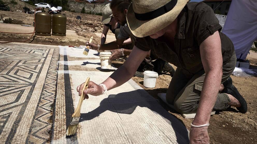 Arkeologerna jobbar fram ett golv i mosaik i Sainte-Colombe, Vienne, i sydöstra Frankrike.