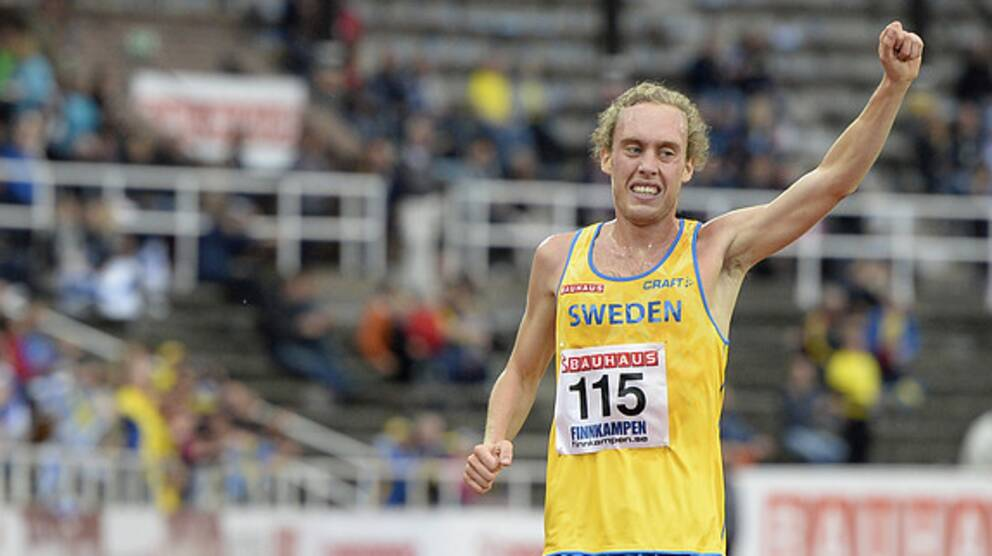Mikael Ekvall vinner 10000 m under Finnkampen på Stockholm Stadion 2015.